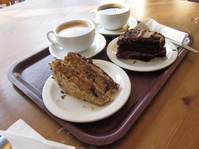 Foran: banana chocolate cake. Bak: chocolate gateaux  (foto: Sara)