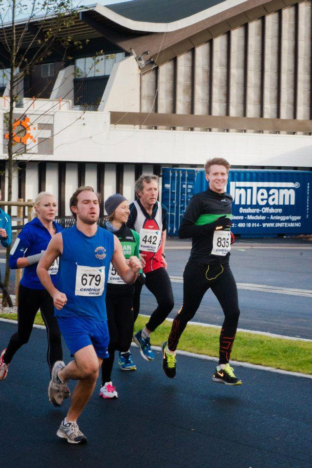 Like etter starten. Hvem skulle tro at Sam løper med et brukket ribbein? (Foto: Mari Hult)