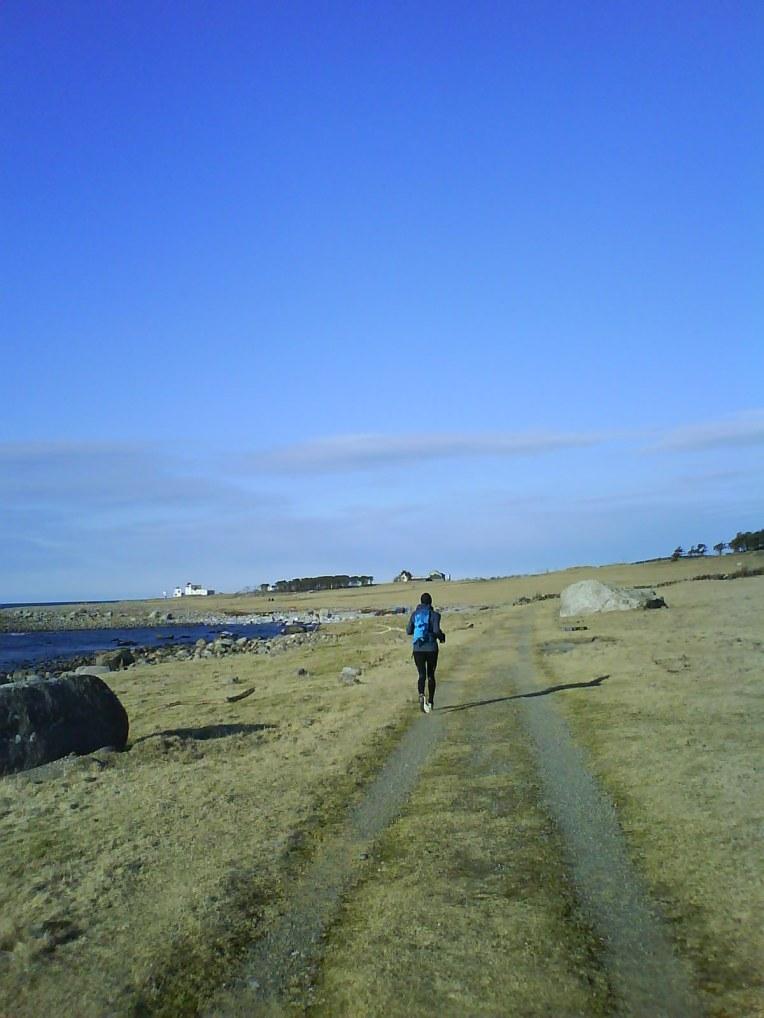 """Ca en kilometer fra Kvassheim fyr. Like etter var det slutt på sti/sykkelsti, og det å løpe langs veien var ikke gøy. Vi ga oss etter """"bare"""" km og hoppet på toget på Vigrestad."""