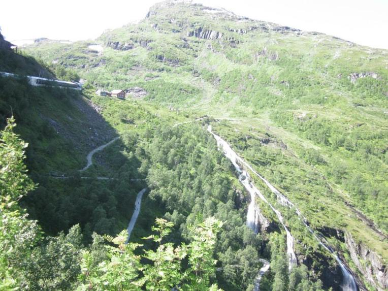 Some of the 21 hair pin bends up to Vatnhalsen. Spot the runners! (photo: Sara)