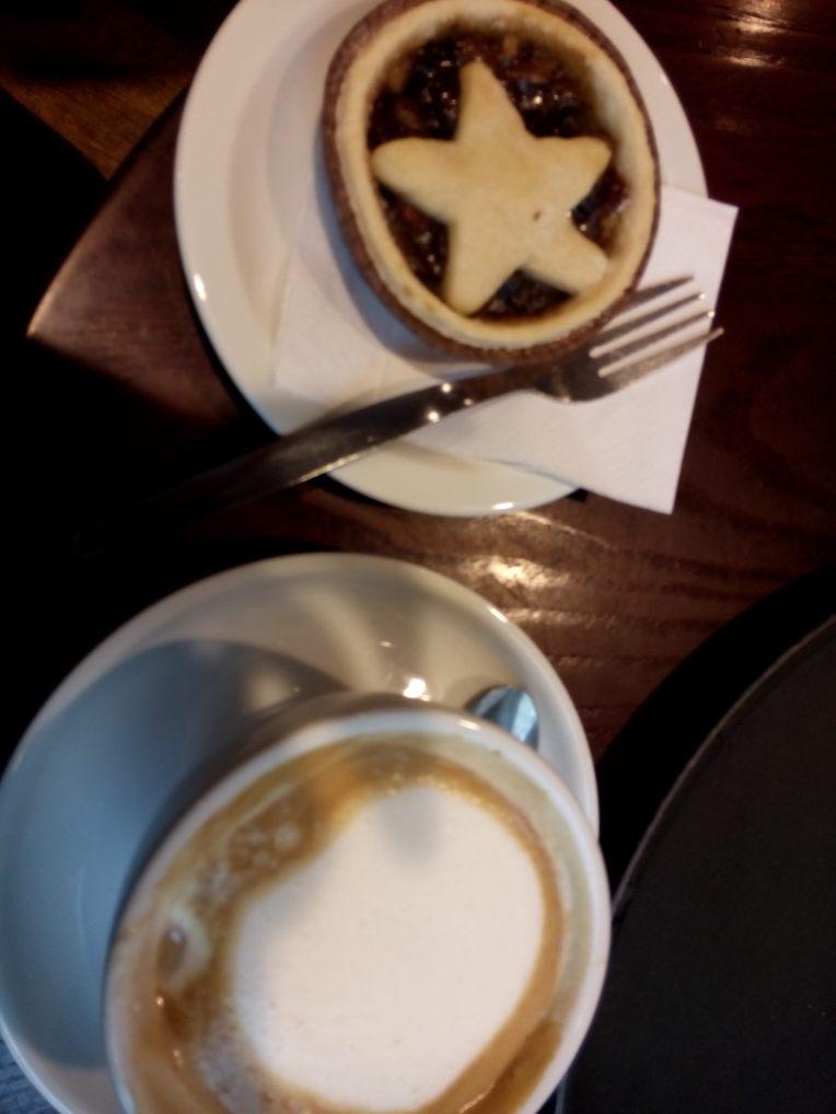 Soya latte med pepperkakesmak og veganske mince pies på Café Nero