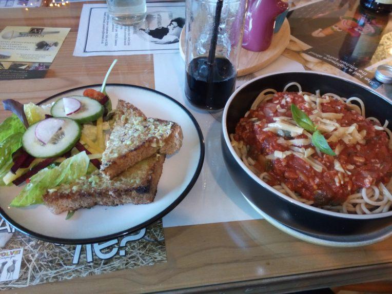 Pasta med brød ved siden av - perfekt ultraløpermiddag! (vegansk Spaghetti Bolognaise severt på Cucumber Lounge i Bournemouth)