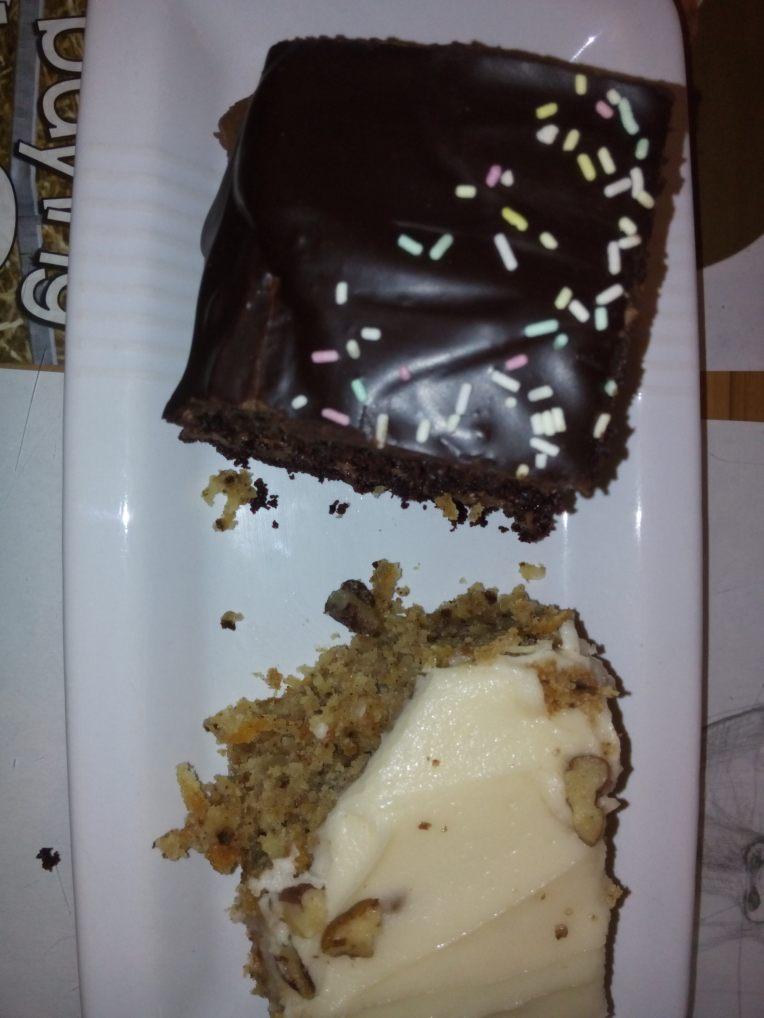 Gulrot og sjokoladekake på Mad Cucumber Vegan Lounge. Hvorfor velge når man kan spsie begge?