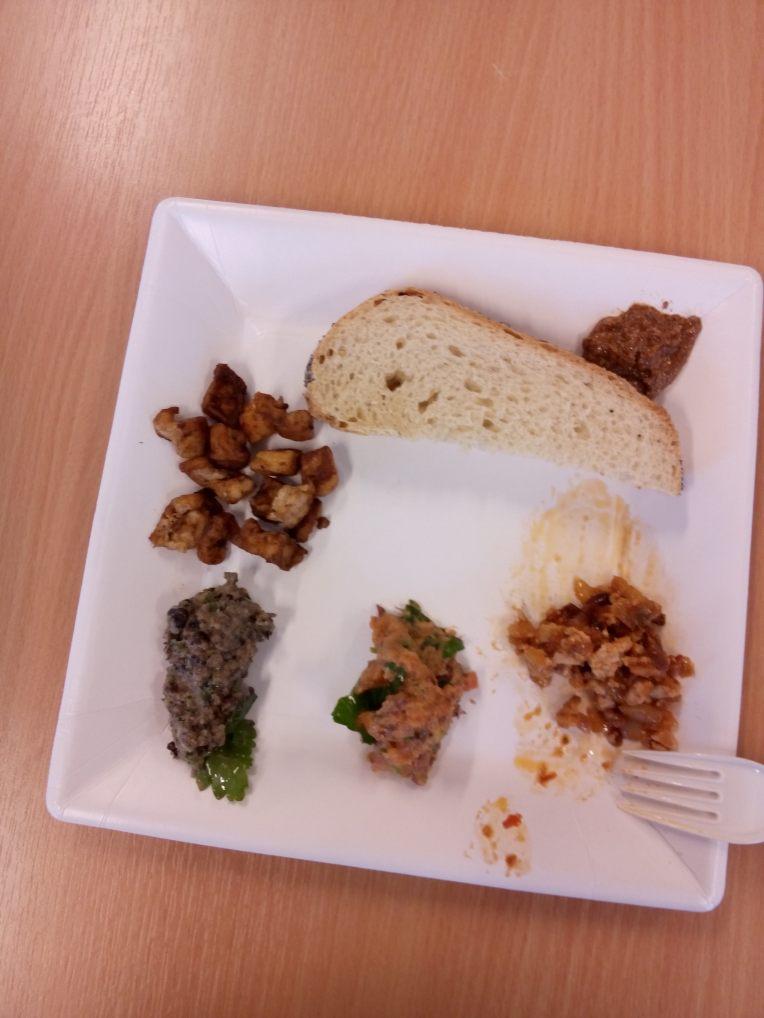 Mandelsmør, tofu scrambe med salsa, to typer bønnepostei og facon. Mmmmm