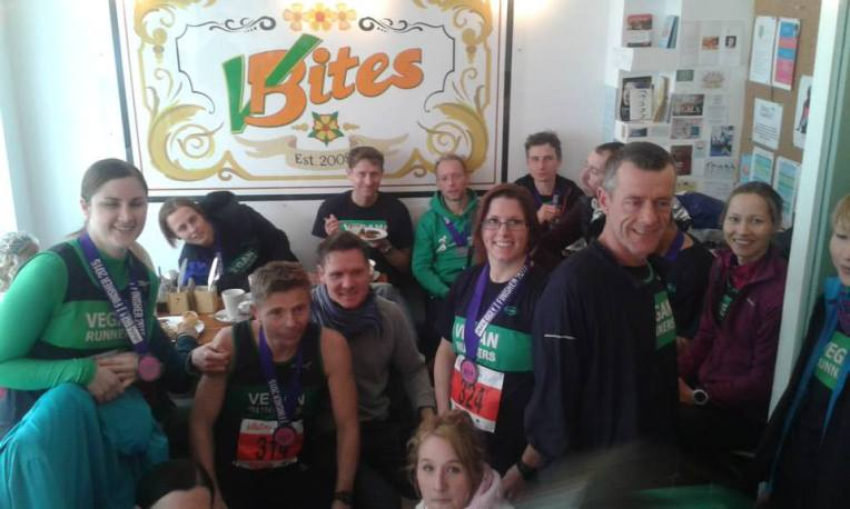 Høy konsentrasjon av sporty veganere på VBites etter Brighton halvmaraton. Foto: Matt fra Vegan Runners
