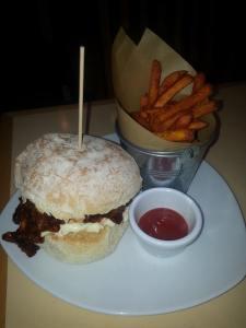 Burger med søtpotetchips på VBites (foto: Matt fra Vegan Runners)