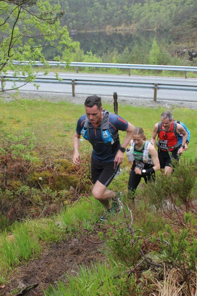 Stigningen oppover mot Prekestolhytta begynner. Her i følge med Kjetil og Dag fra Bergen. (foto: arrangøren)