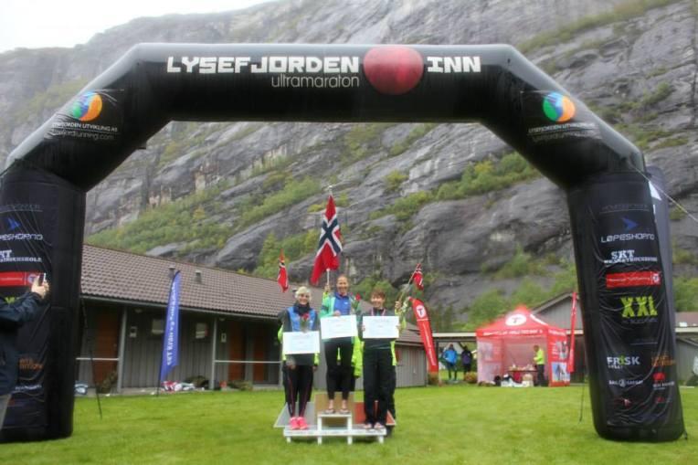 Seierspallen i dameklassen. Meg i midten, Christina til  venstre, Sara til høyre. Sjekkene vi holder er gavekort til Løpeshop.no, en av løpets sponsorer. (foto: arrangør)