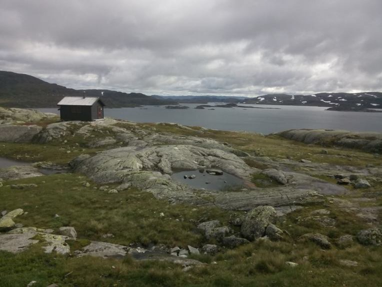 Utsikten fra Holmavatnhytta - annekset (hvor doen IKKE befinner seg) og Holmavatnet.